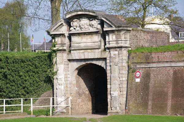 Le Corps de Garde donnant accès à la Porte Royale