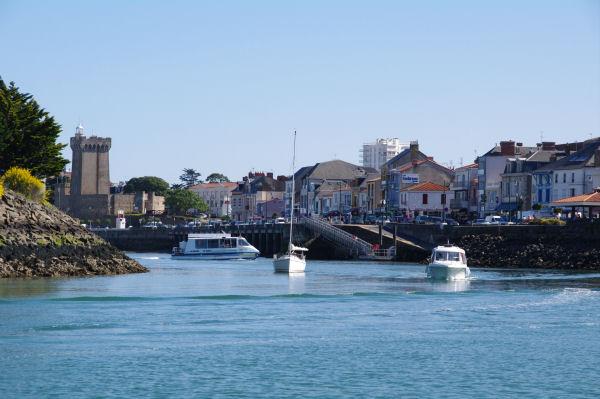 Le chenal menant au port des Sables d_Olonne, au fond, la Tour d_Arundel