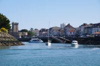 Le chenal menant au port des Sables d'Olonne, au fond, la Tour d'Arundel