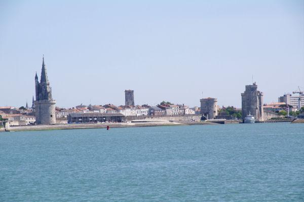 L_entrée du vieux port de La Rochelle avec la Tour de la Lanterne, la Tour St Nicolas et la Tour de la Chaine