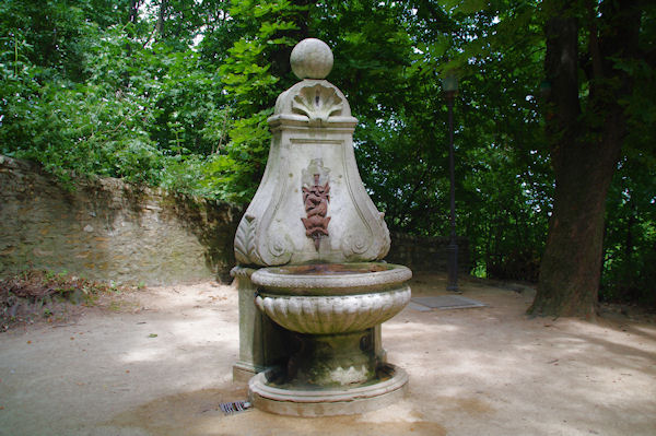 Une fontaine dans le Jardin des Hortensias