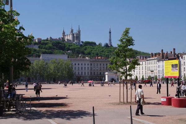 La Basilique de Fourvière et l_émetteur depuis la Place Bellecour