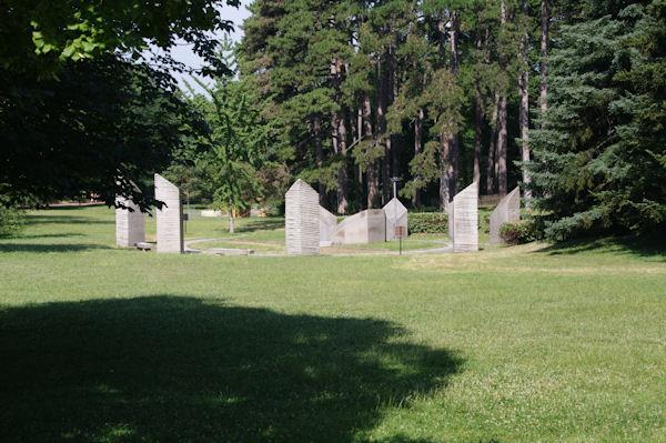 Un monument en l_honneur de la Déclaration des Droits de l_Homme sur la sur la pelouse des Ebats