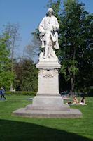 La statue de De Jussieu devant les serres du jardin botanique du parc de la Tete d'Or