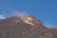 Les pierres devalent dans le nouveau cratere de l'Etna