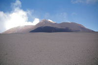 L'Etna, devant, les cendres de la semaine precedente