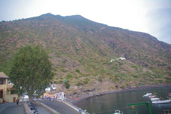 Le port de Rinella dominé par le Monte Fossa delle Felci