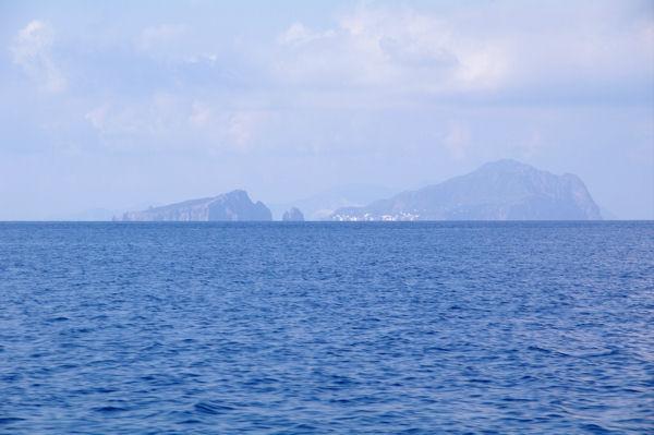 L_Ile de Baziluzzo à gauche et l_Ile de Panaréa à droite depuis la Punta del Monaco