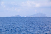 L'Ile de Baziluzzo a gauche et l'Ile de Panarea a droite depuis la Punta del Monaco