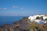 La plage de Pischita a Stromboli, au fond, le Strombolicchio