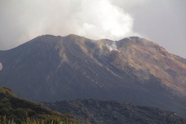 Le cratère fumant du Stromboli et les pierres qui dévalent