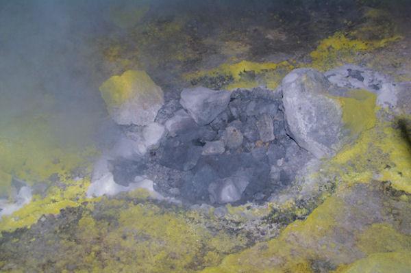 Fumeroles brulantes sur le Vulcano