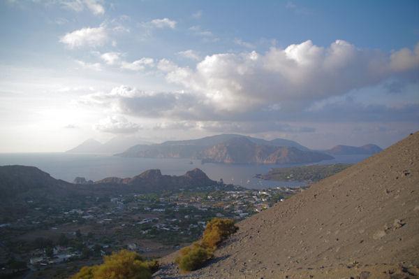 Le port de Ponente, derrière, l_ile de Lipari et plus loin, l_ile de Salina