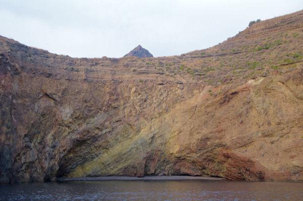 Scoglio la Scarpa, derrière, le Monte Mazzacaruso sur l_Ile de Lipari
