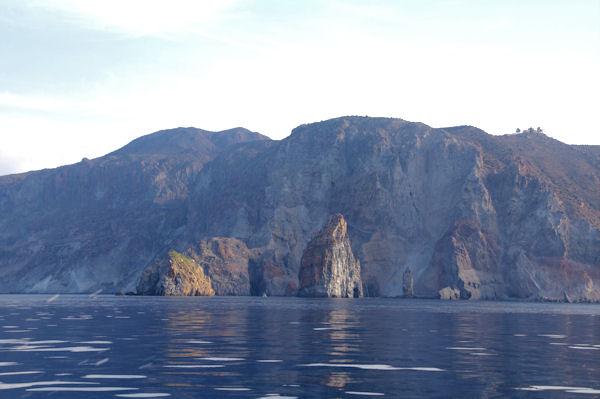 La pietra Menalda et la Pietralunga devant l_Ile de Lipari