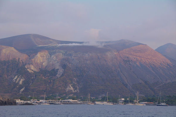 Le Port de Ponente, en arrière, le Vulcano fumant