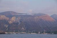 Le Port de Ponente, en arriere, le Vulcano fumant