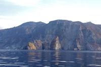 La pietra Menalda et la Pietralunga devant l'Ile de Lipari